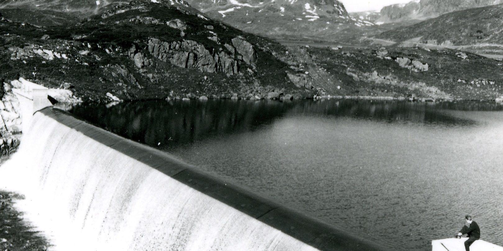 Det blei bygd 32 slike dammar i Tokkereguleringa. Her frå Ståvatn på Hardangervidda, som ligg på grensa mellom Vinje og Odda kommune