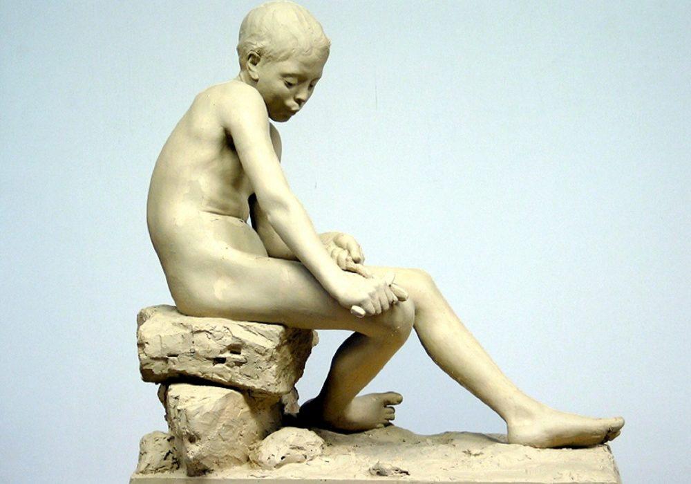 «Spikkende gut» var Gunnar Utsond sin første utstilte skulptur i 1894 – sterkt kritisert fordi den var så meisterleg livaktig. Figuren står i Utsondhalli ved Kviteseid bygdetun. Foto: Leif Jamtveit.