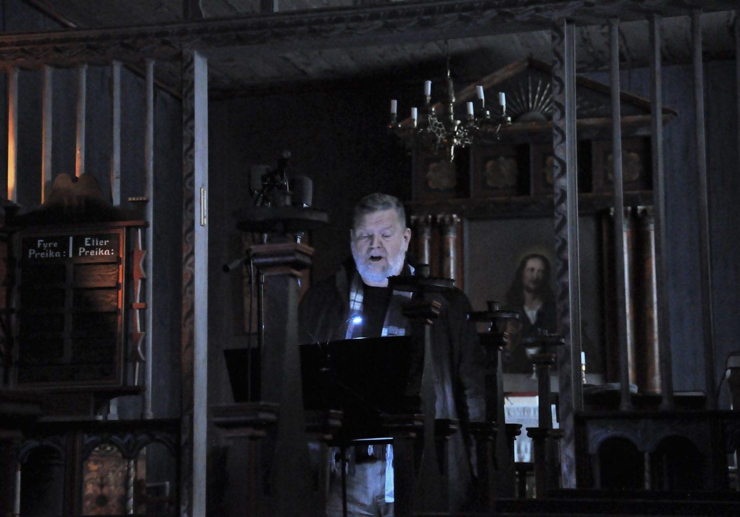Halvor Håkanes syng Draumkvedet. Foto: Natasha Barrett