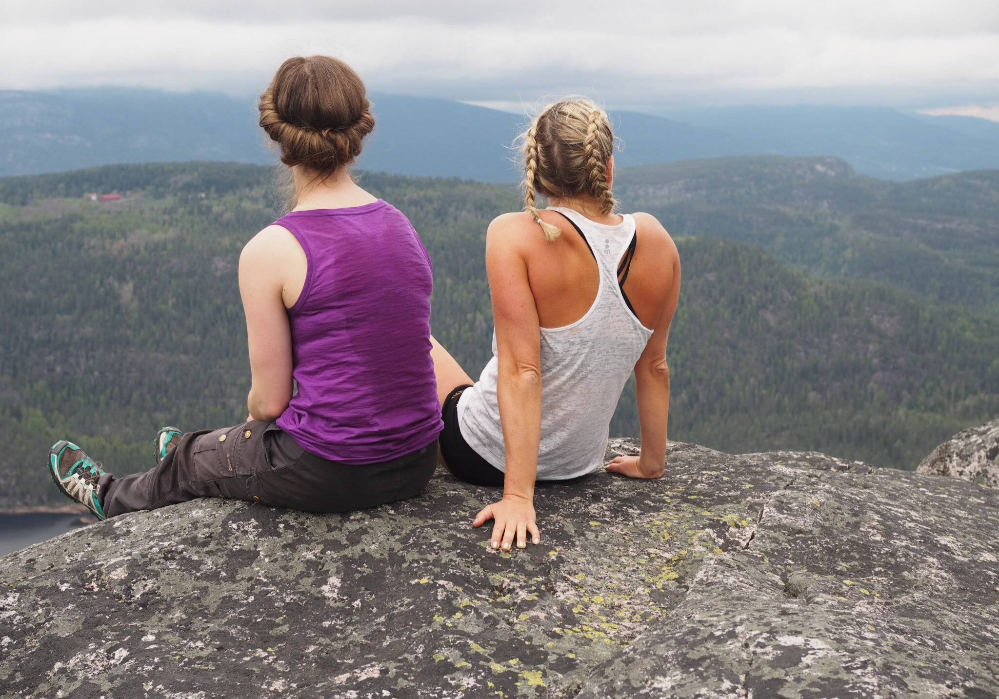Gygrestolen ved Bø er en særegen og mystisk fjellformasjon som stiger opp av skogen.
