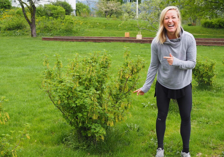 Stine Hartmann ved ripsbuskene på Venstøp