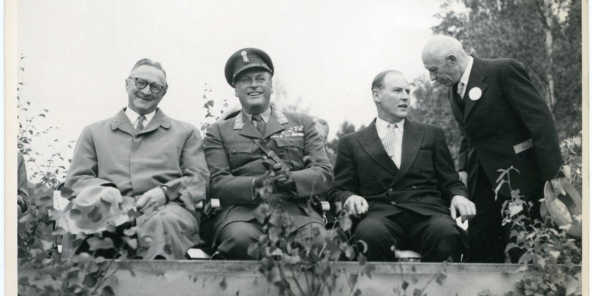 Kronprins Olav på tribunen under jubileumsfeiringa i Kviteseid 1956. Foto Vest - Telemark Museum
