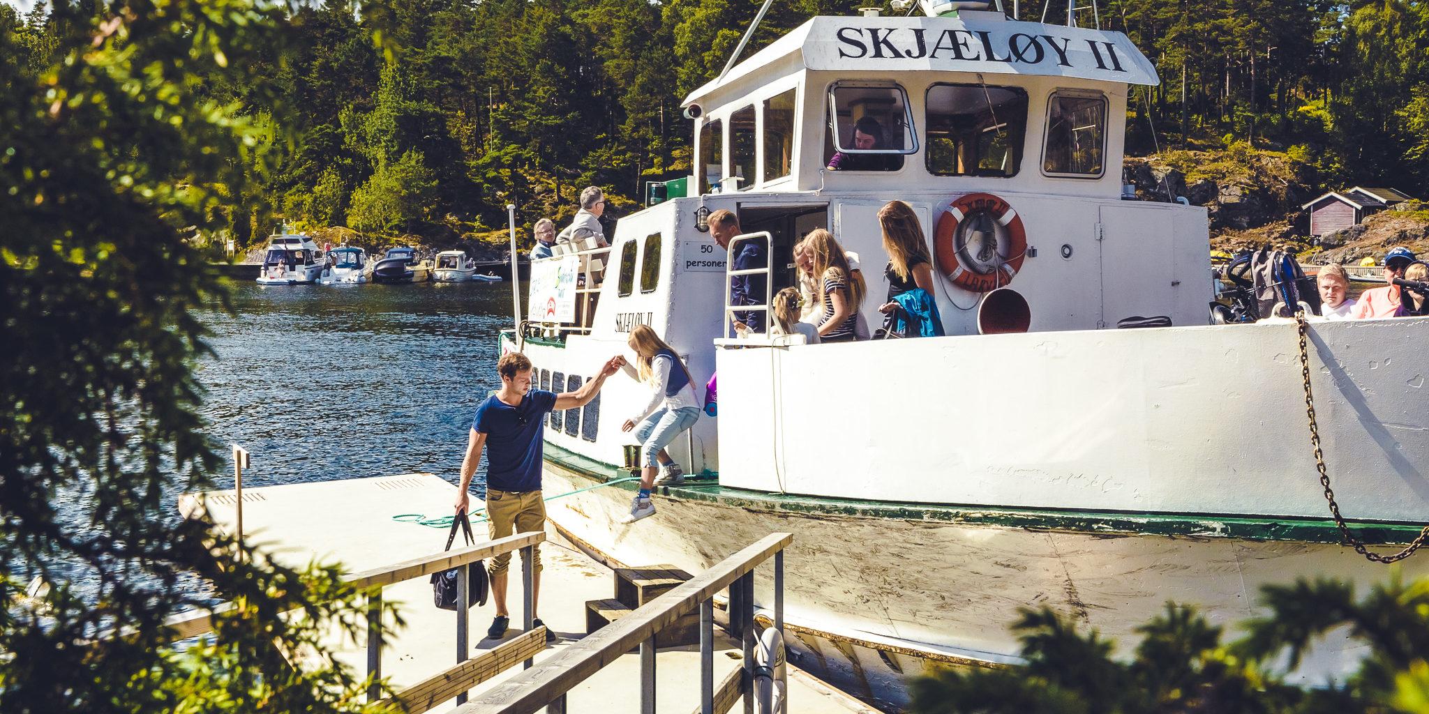 I sommersesongen kan du bli med på øyhopping i vakre Langesundskjærgården