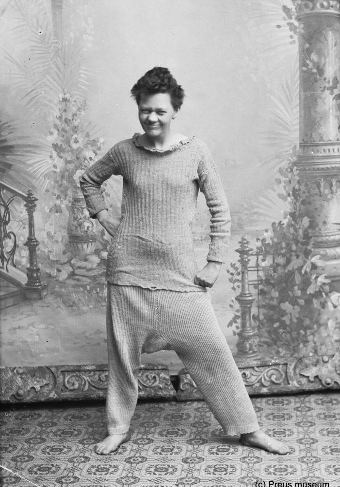 Marie Høeg lekende foran kamera iført bare undertøy