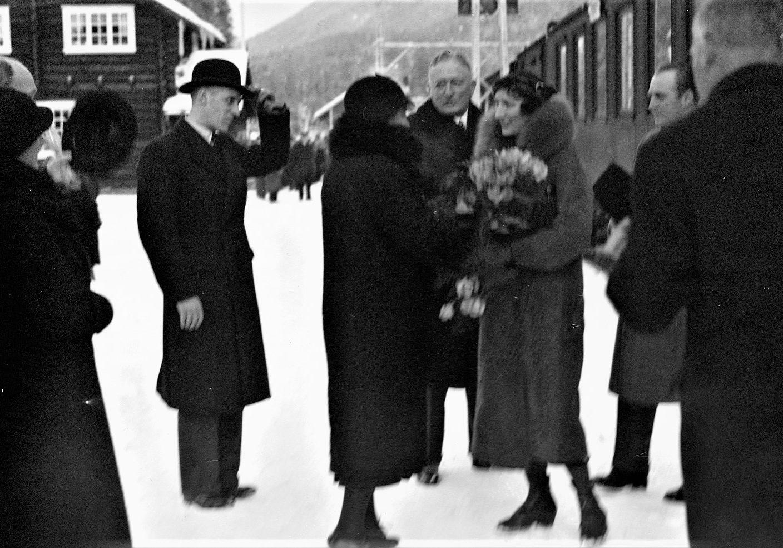 Kongelig mottakelse: Blant de mange reisende som har vært innom stasjonen på Tinnoset er også daværende kronprins Olav og kronprinsesse Märtha, her fra et besøk i 1931. (Foto: NIA).