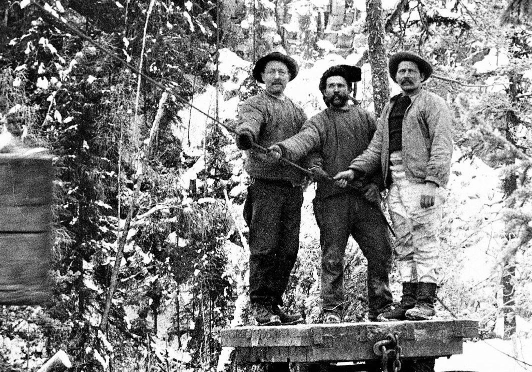 Høyt og lavt: Rallarne kom i hundretall og skapte på kort tid en transportåre fra Notodden til Tinnoset og videre til Rjukan og Vemork. (Foto: NIA).