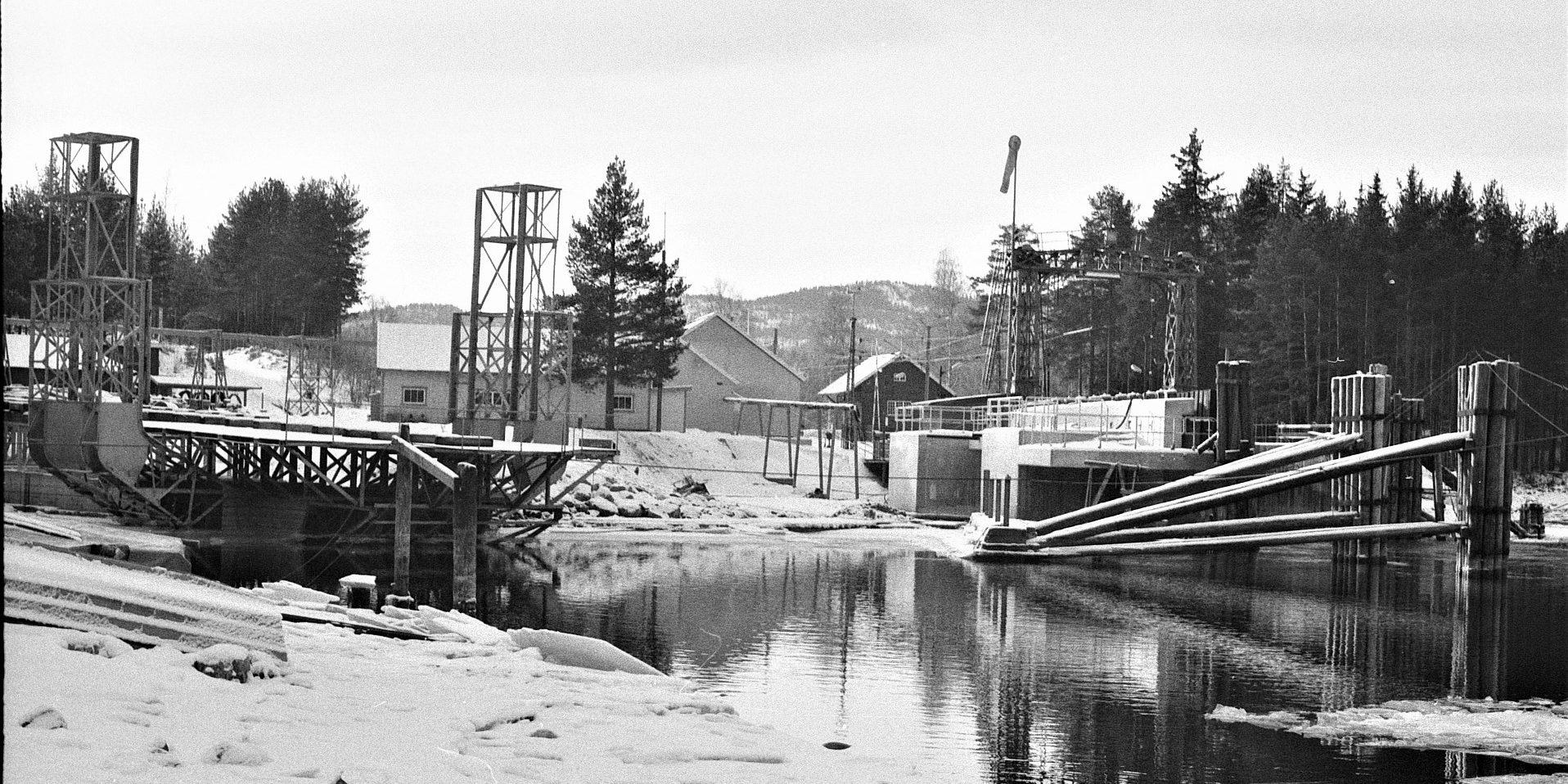Avanserte installasjoner: Både slippen på Tinnoset (t.v.) og ferjeleiet var for sin tid avanserte og krevende anlegg. De er fortsatt intakt og i bruk. (Foto: NIA).