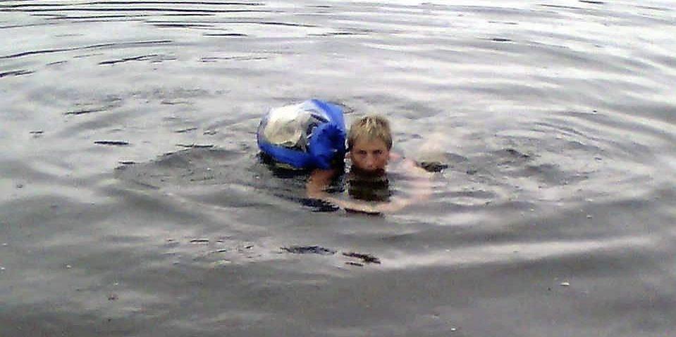 Liv Sanderød på øysvømming. Klær og mobiltelefon ligger godt i den vanntett ryggsekken.