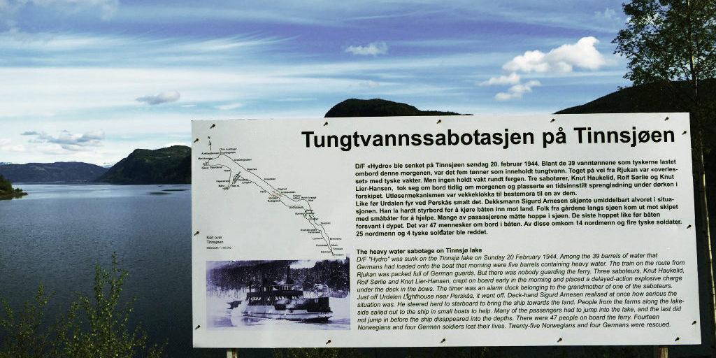Informasjonsskiltet ved Tinnsjøen forteller om dramaet fra 1944. Foto: Birgit Haugen