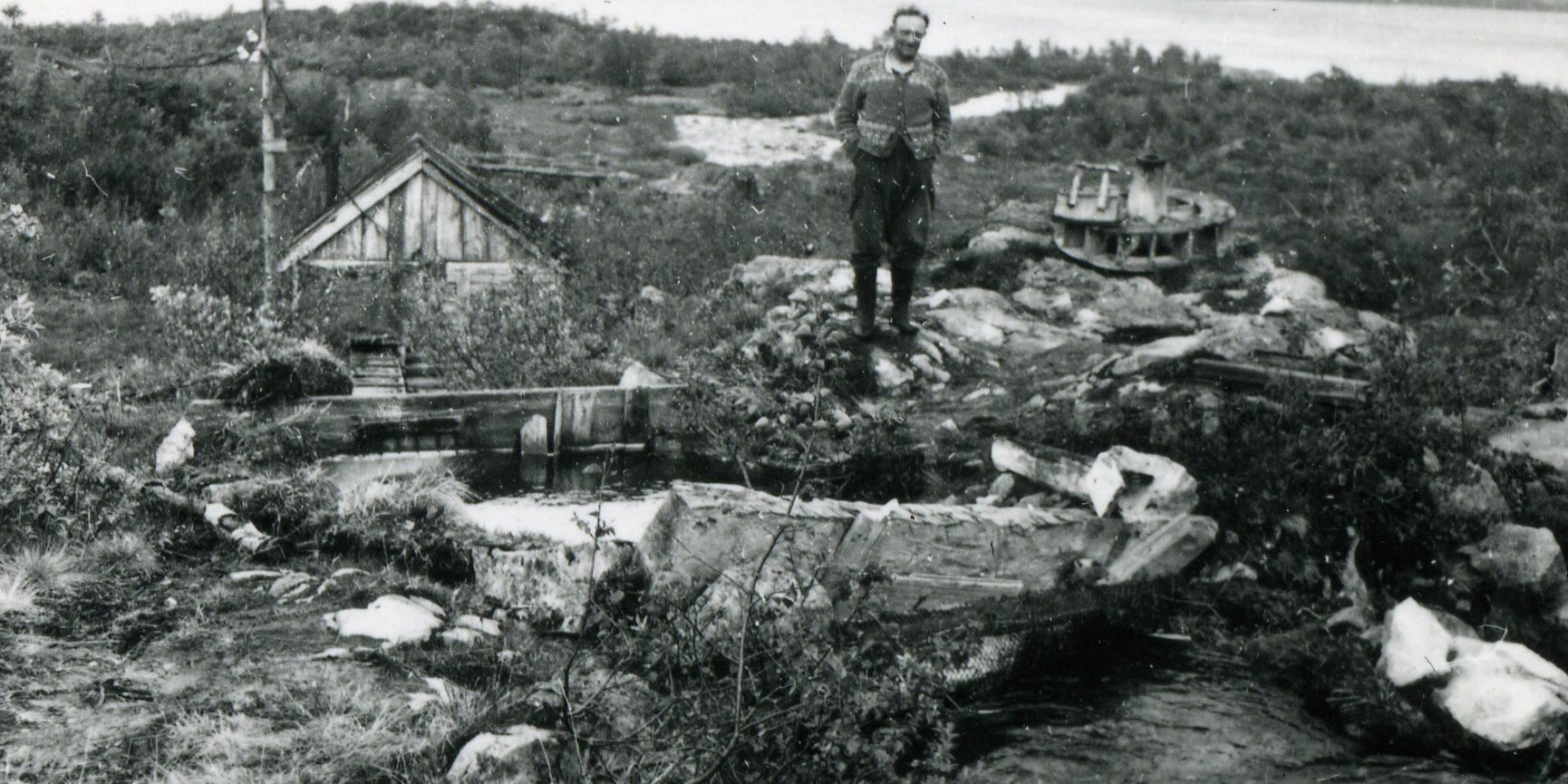 Garden Havradalen i Vinje var ein av plassane som blei demt ned i 1961. Her står Tor Havradalen ved restane av det vesle vasskraftverket på garden