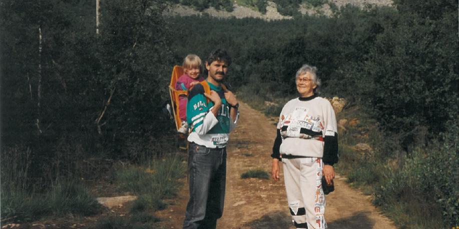 Tre generasjoner. Dagens eier Kristin i bæremeis på ryggen til pappa Erlend sammen med bestemor Såve.