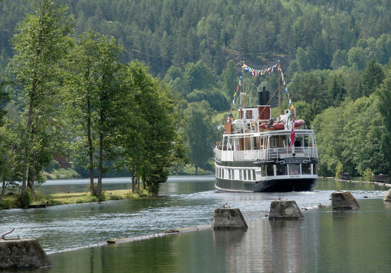 M/S Victoria på vei oppover kanalen mot Dalen Foto: Ole Bjørn Ulsnæs