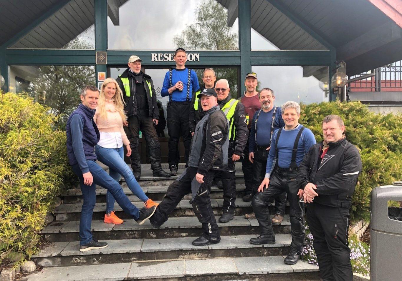 Vertskapet på det historiske Straand Hotel, Katrine og Lars Arne Straand sammen med bikergjestene.