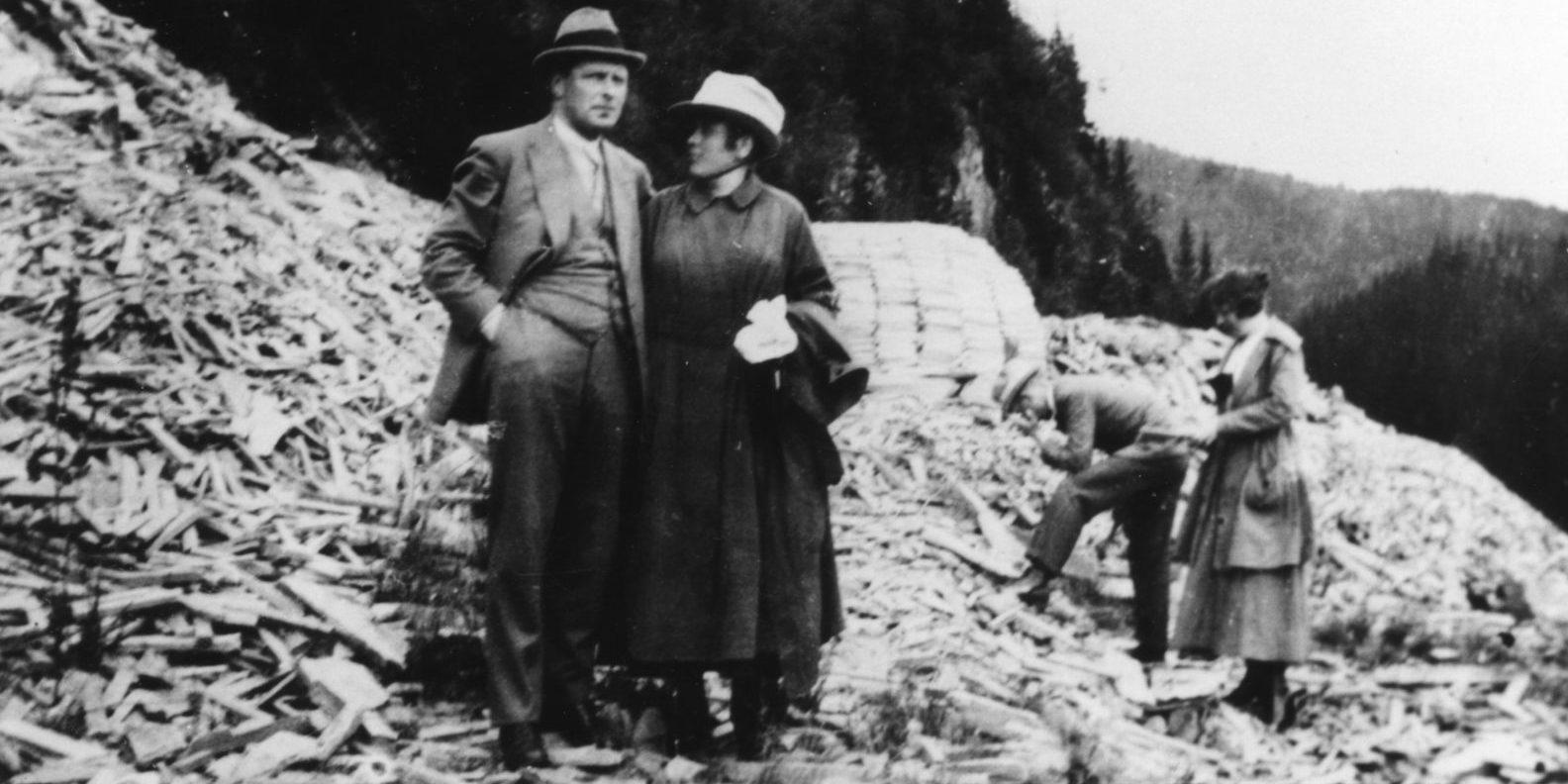 Gjerløw Skaardal (1888-1969) var ansatt ved Norrøna Fabrikker som bestyrer av steinbrudda og skogen i Eidsborg. Han bodde i Eidsborg fram til 1920. Da flyttet han til Porsgrunn og reiste til Eidsborg en gang i måneden. Da Skaardal og kona var på bryllupsreise i 1920, la de turen innom steinberget i Eidsborg.