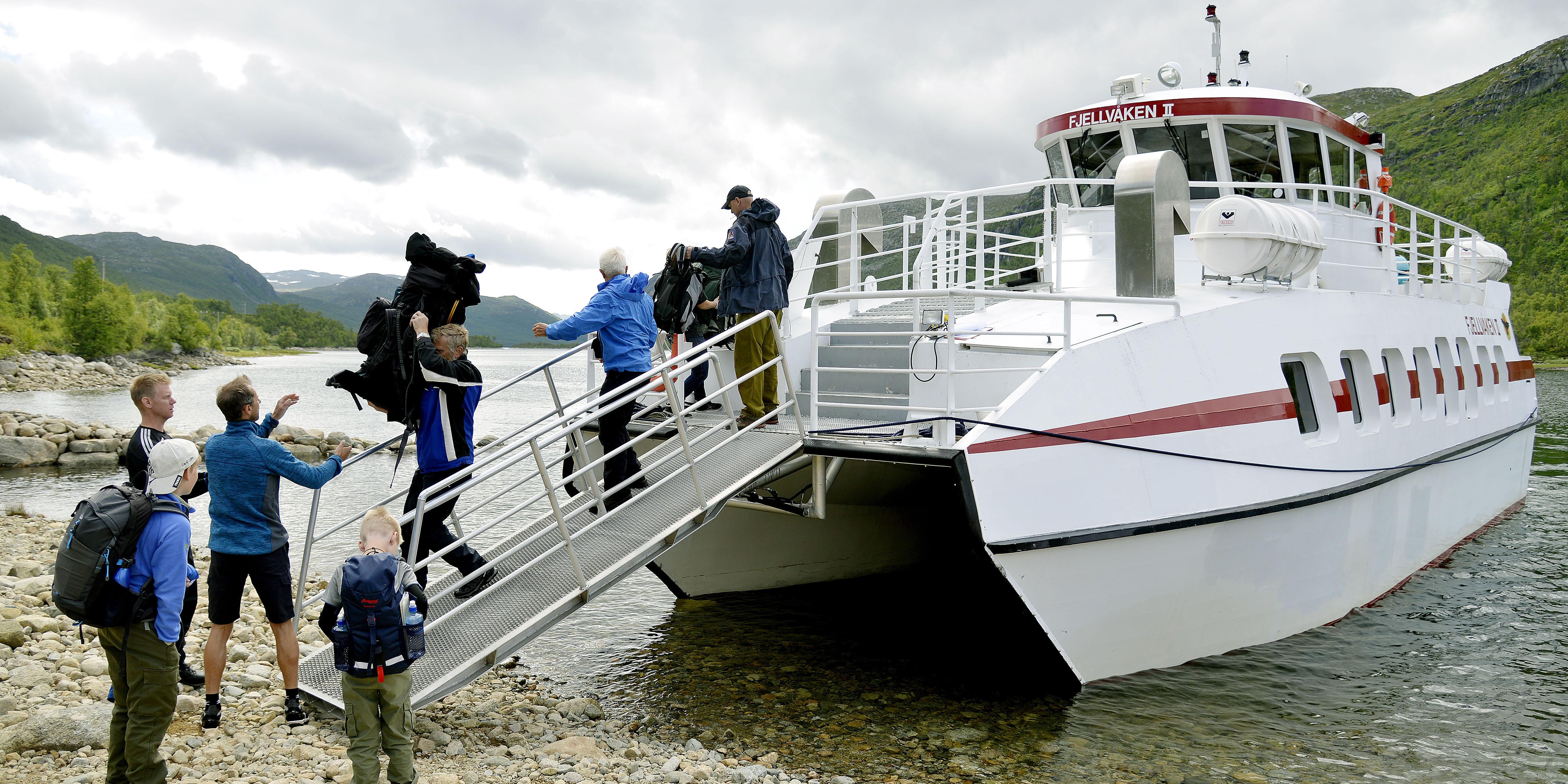 """SKYSS: M/B """"FjellvåkenII"""" er en viktig båt for fotturistene som skal gå på vidda. Fra Skinnarbu i Tinn tar båten deg inn det fire mil lange Møsvatn til turisthytta Mogen. Reisen går gjennom et kultur- og naturlandskap som du garantert vil la deg begeistre av.  Foto: Bjørn Harry Schønhau"""