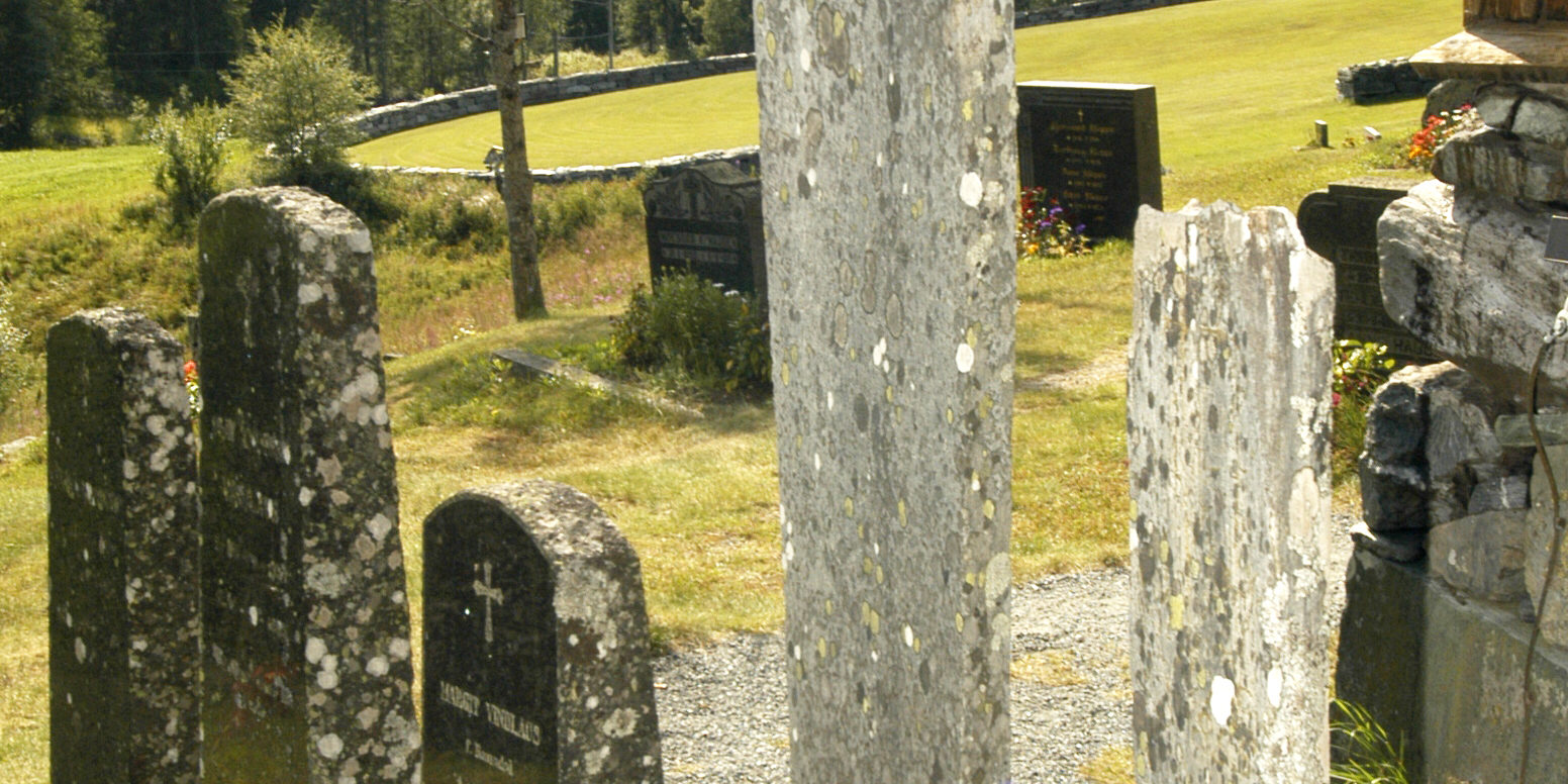 Stein fra steinberget i Eidsborg fikk flere bruksområder, særlig lokalt. Den ble blant annet brukt til gravsteiner, som her på kirkegården ved Eidsborg stavkyrkje. Den ble også gjennomhullet og brukt til spinnehjul, garnsøkker og vevlodd.