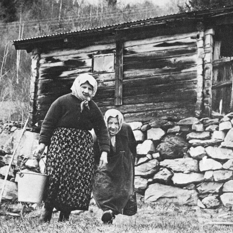 Ingerine og Gudrine foran huset. Du kan fin spasere opp ditt for å se på huset og ikke minst på den vakre utsikten.