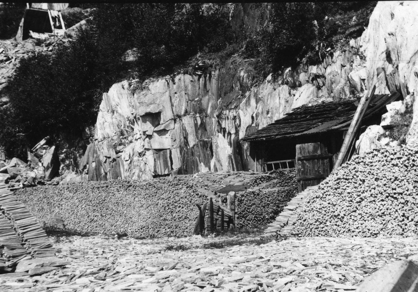 Brynesteinsbrudda i Eidsborg ligger som åpne dagbrudd. Her er råbryner lagt i la, klare til å bli transportert fra steinberget i Eidsborg ned til Lastein ved Bandak.